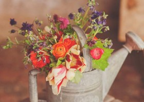 2-spring-home-decor-decoration-ideas-flowers-old-vintage-watering-can