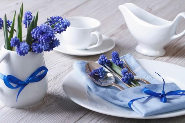 20-spring-home-decor-decoration-ideas-flowers-blue-wrapped-in-napkin-table-setiing-white-dish-plate-cup