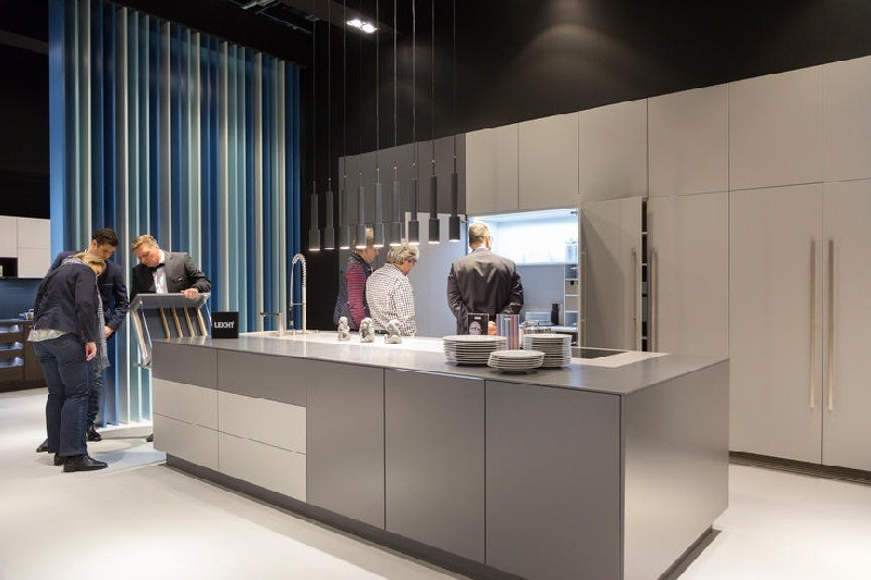 3-1-Leicht-Küchen-kitchen-set-design-at-LivingKitchen-show-in-Cologne-Germany-2017-international-exhibition-gray-built-in-hardware-appliances-minimalistic