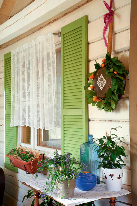 4-2-light-Italian-style-summer-kitchen-veranda-dining-room-interior-design-lining-boards-walls-cozy-decor-handmade-frying-pan-clock-olive-green-decorative-window-shutters-tangerines
