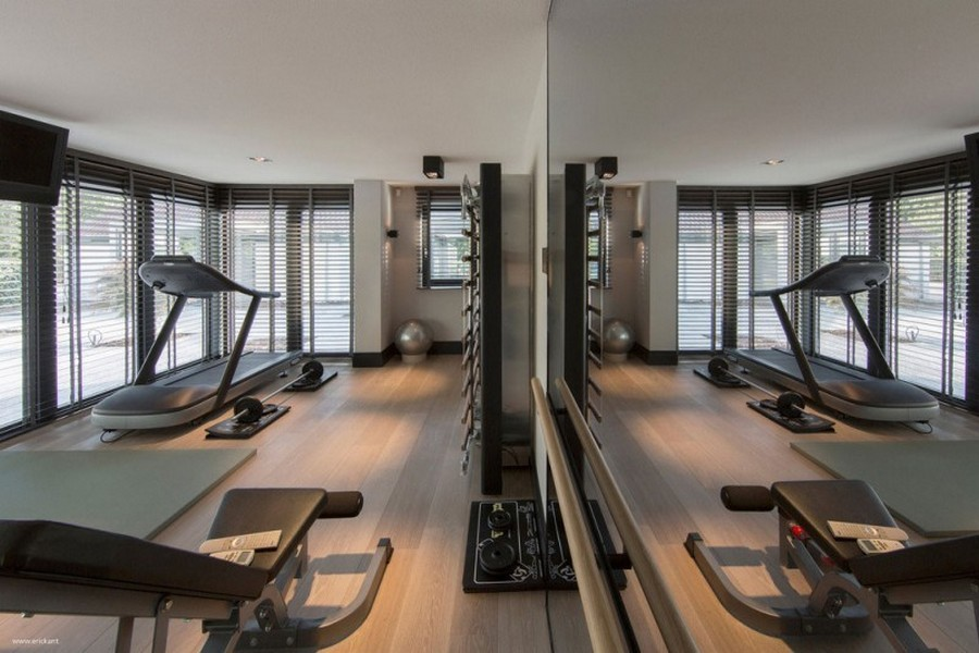 5-2-home-gym-interior-design-light-neutral-colors-panoramic-windows-full-length-mirror-fitness-exercise-equipment-beige-floor-shutters