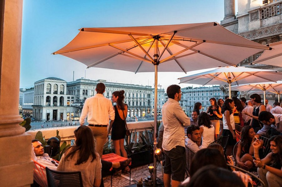 6-3-La-Terrazza-Aperol-restaurant-cafe-bar-in-Milan-Italy-open-terrace-view-Duomo-Cathedral-square-big-sunshades