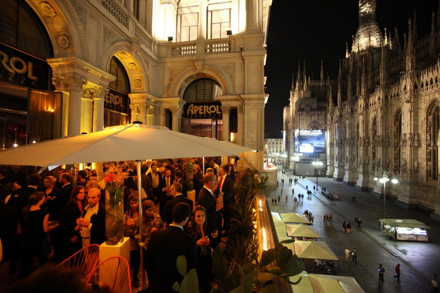 6-5-La-Terrazza-Aperol-restaurant-cafe-bar-in-Milan-Italy-open-terrace-sunshades-beautiful-city-downtown-view-Duomo-Cathedral