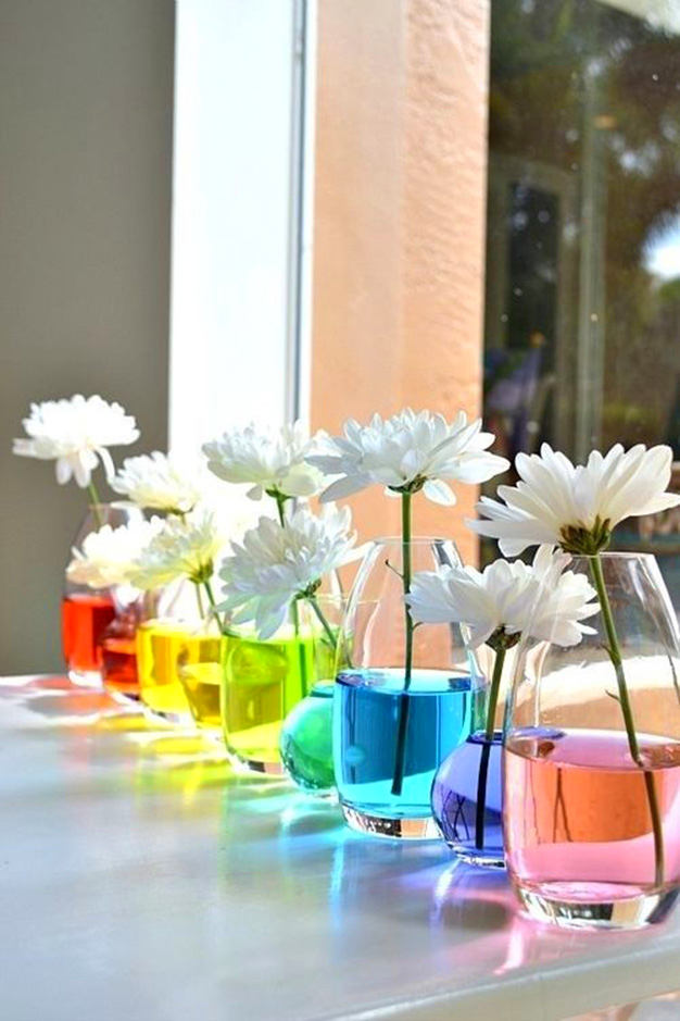 8-spring-home-decor-decoration-ideas-flowers-glasses-with-colored-water-multicolor