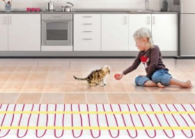 0-underfloor-heating-kitchen-girl-playing-with-a-kitten-on-the-floor-ceramic-tiles