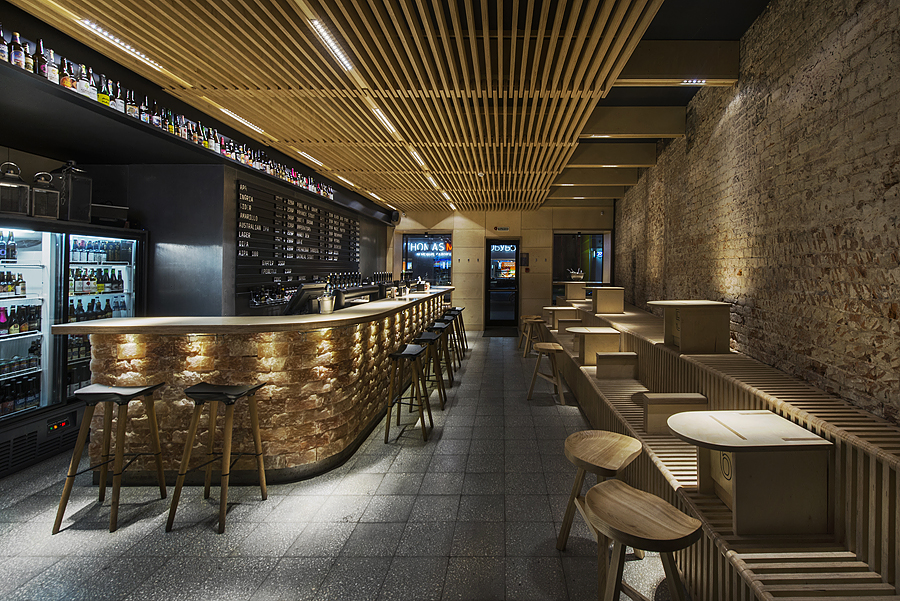 1-parka-Moscow-craft-beer-bar-interior-design-loft-Scandinavian-style-motifs-wooden-planks-ceiling-benches-stools-bar-salt-bricks-backlit-black-walls-masonry