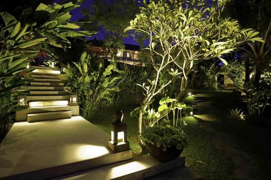 2-10-outdoor-garden-landscape-lighting-ideas-path-lights-walkway-illumination-orinetal-style-lanterns-mini-lamp-posts-steps-stairs