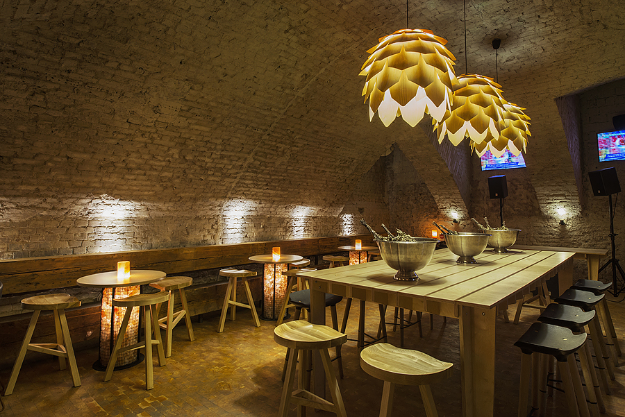 2-2-parka-Moscow-craft-beer-bar-interior-design-loft-Scandinavian-style-motifs-artichoke-shaped-lamps-wooden-furniture-light-ash-wood-dining-table-bar-stools-masonry-old-bricks-arched-ceiling-salt-bricks-TV-set