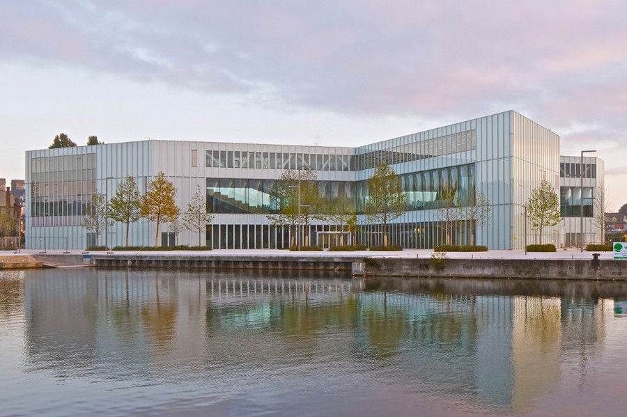 3-1-Alexis-de-Tocqueville-Public-Library-Caen-France-exterior-design-panoramic-windows-river-view