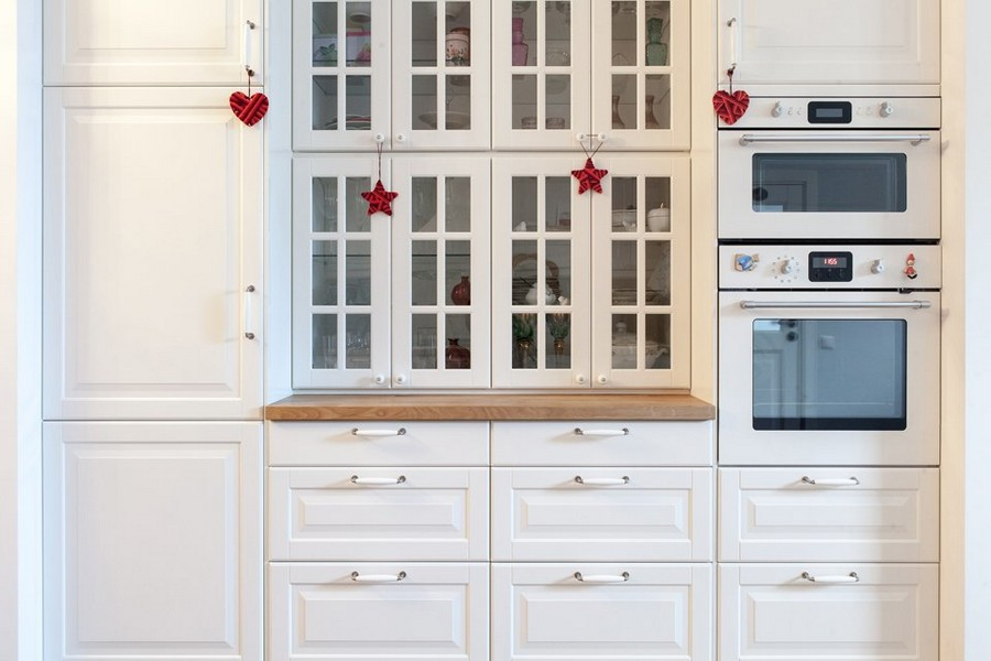 3-2-traditional-style-kitchen-set-white-glass-cabinets-drawers-built-in-oven-appliances-Christmas-decor-on-knobs