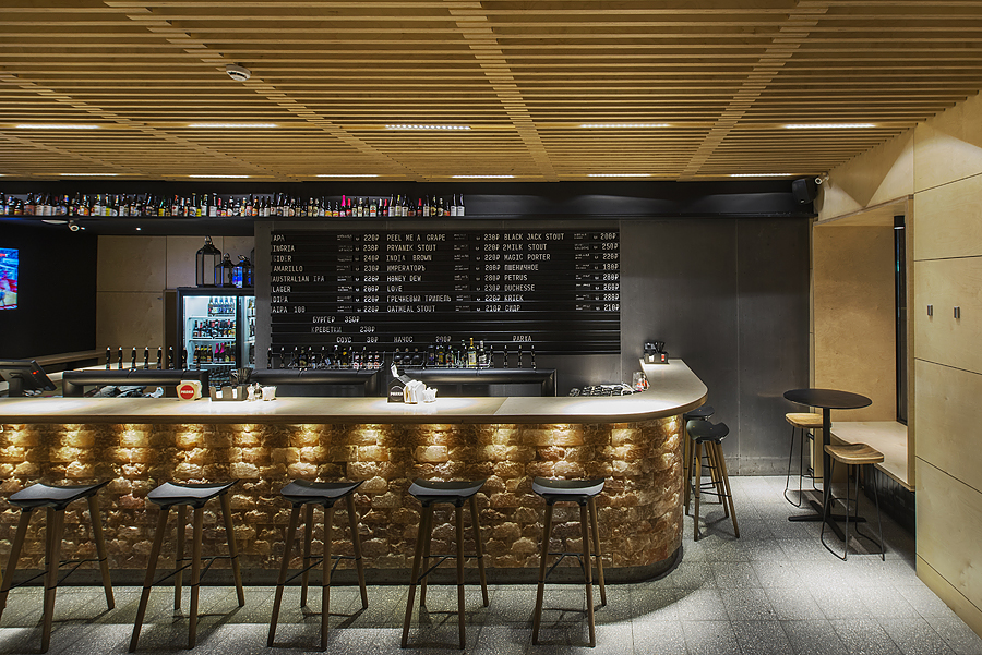 4-parka-Moscow-craft-beer-bar-interior-design-loft-Scandinavian-style-motifs-black-walls-wooden-planks-ceiling-bar-stools-big-price-list-menu-display-lights-Himalayan-salt-bricks-light-ash-wood-stools
