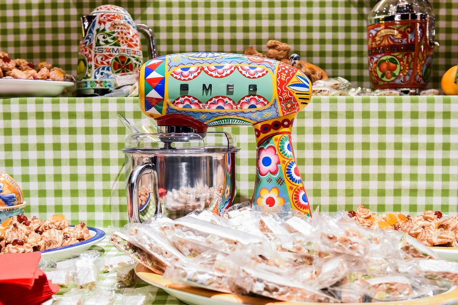 1-new-collection-of-domestic-kitchen-appliances-by-Smeg-and-Dolce-Gabbana-2017-Sicily-is-My-love-made-in-italy-bright-ethnic-floral-motifs-creative-design-stand-mixer