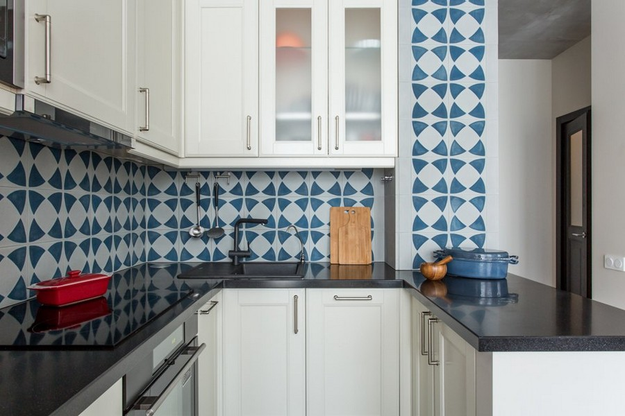 3-1-kitchen-interior-design-blue-and-white-concrete-wall-tiles-backsplash-geometrical-pattern-black-countertop-worktop-white-natural-wood-glass-cabinets