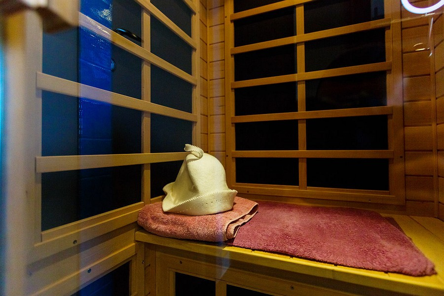 5-2-walk-in-home-infrared-sauna-wooden-bench-hat-towel