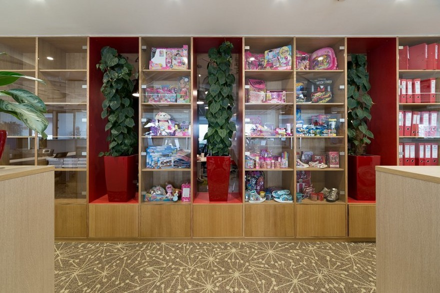 10-2-Mattel-office-interior-design-Russia-Moscow-toys-seller-display-cabinet-with-product-samples
