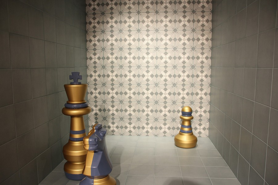 11-6-ceramic-tiles-in-interior-design-Vives-brand-collection-2017-gray-wall-tiles-Mettlach-style-giant-big-chess-figures-pieces