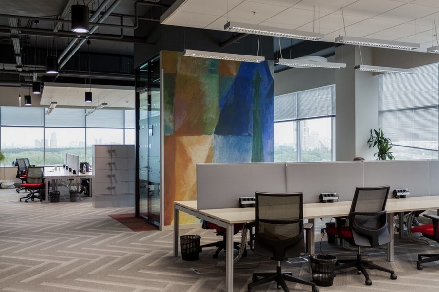 2-1-new-refreshed-renovated-Microsoft-office-headquarters-in-Moscow-interior-design-open-space-long-computer-desks-herringbone-floor-pattern-abstract-wall-mural-painting-panoramic-windows