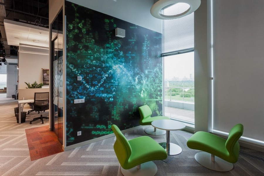 2-2-new-refreshed-renovated-Microsoft-office-headquarters-in-Moscow-interior-design-lounge-zone-seats-green-chairs-contemporary-style-round-small-table