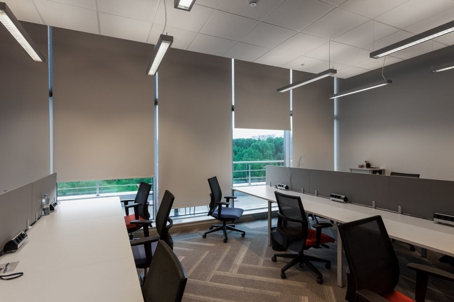 2-4-new-refreshed-renovated-Microsoft-office-headquarters-in-Moscow-interior-design-long-desks-panoramic-windows-gray-beige-roman-blinds-wheeled-chairs-soundproof-dividers