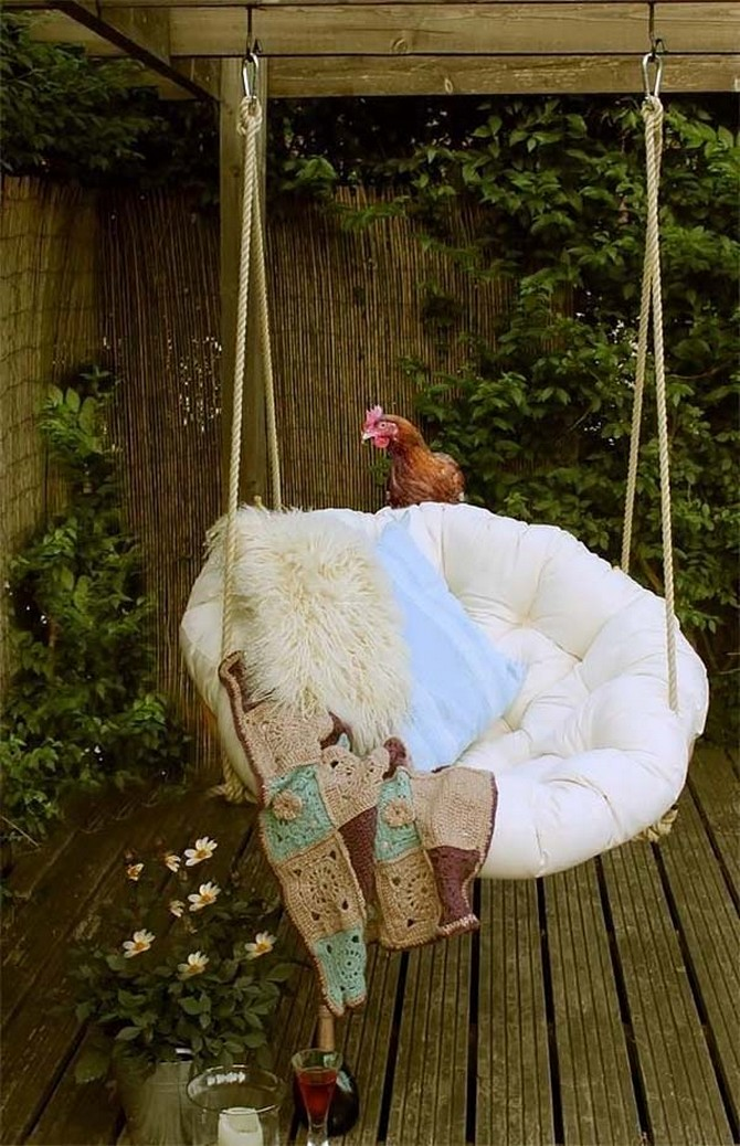 2-5-beautiful-garden-swing-suspended-arm-chair-hen-fur-blanket-cozy-terrace-country-house-white-cushion-big-round