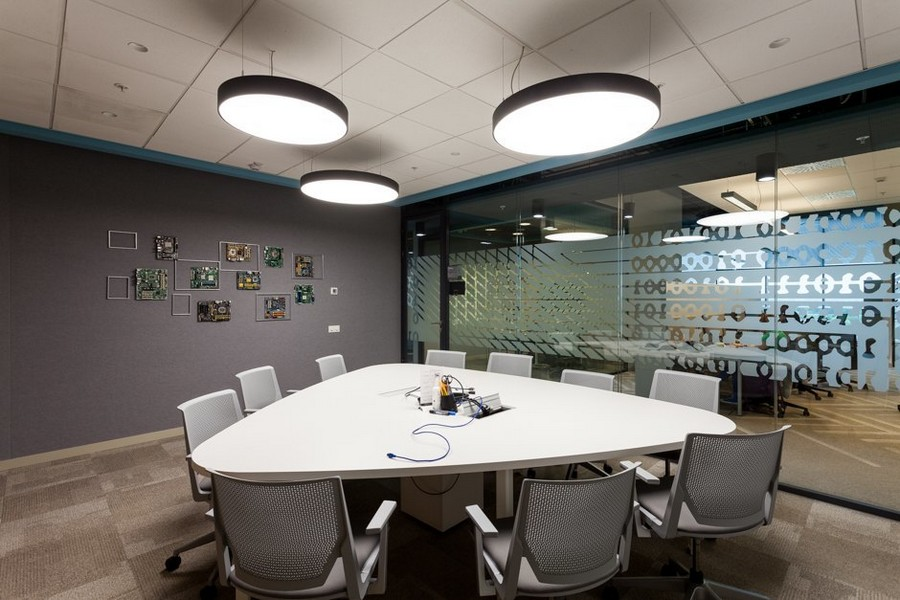 5-1-new-refreshed-renovated-Microsoft-office-headquarters-in-Moscow-interior-design-graphite-gray-wall-glass-partition-matte-white-triangular-table-chairs-meeting-room