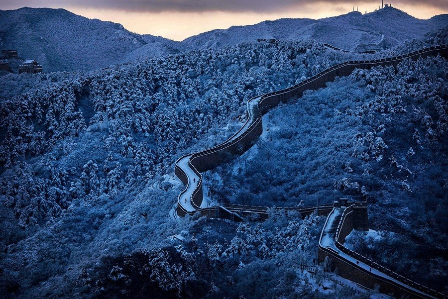5-1-the-Great-Wall-of-China-beautiful-view-panoramic-winter-first-snow-morning
