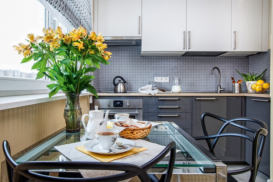5-contemporary-style-kitchen-interior-design-gray-glossy-base-cabinets-white-top-cabinets-mosaic-backsplash-glass-dining-table-geometrical-chairs-backrests-roman-blinds-black-and-white