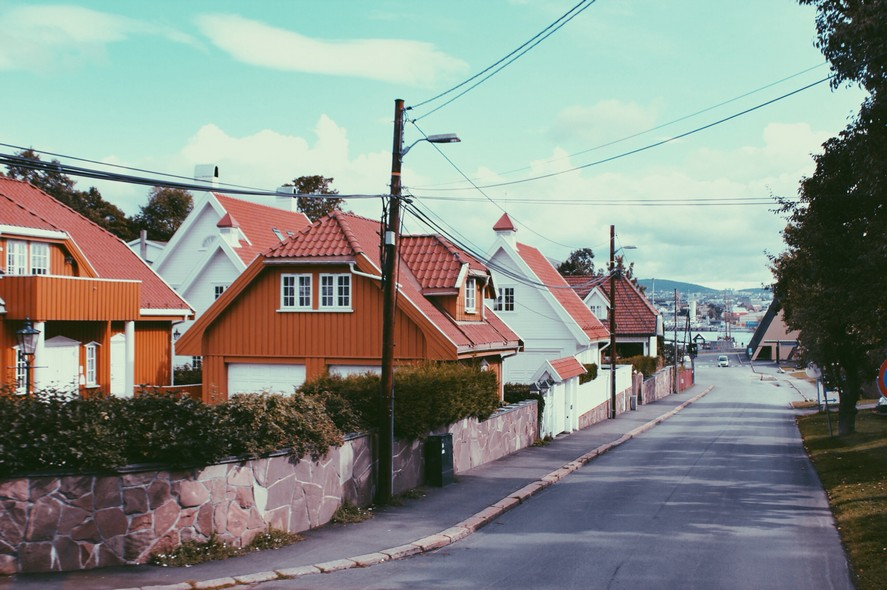 6-1-Oslo-Norway-bright-colored-painted-Scandinavian-houses-architecture-red-wooden