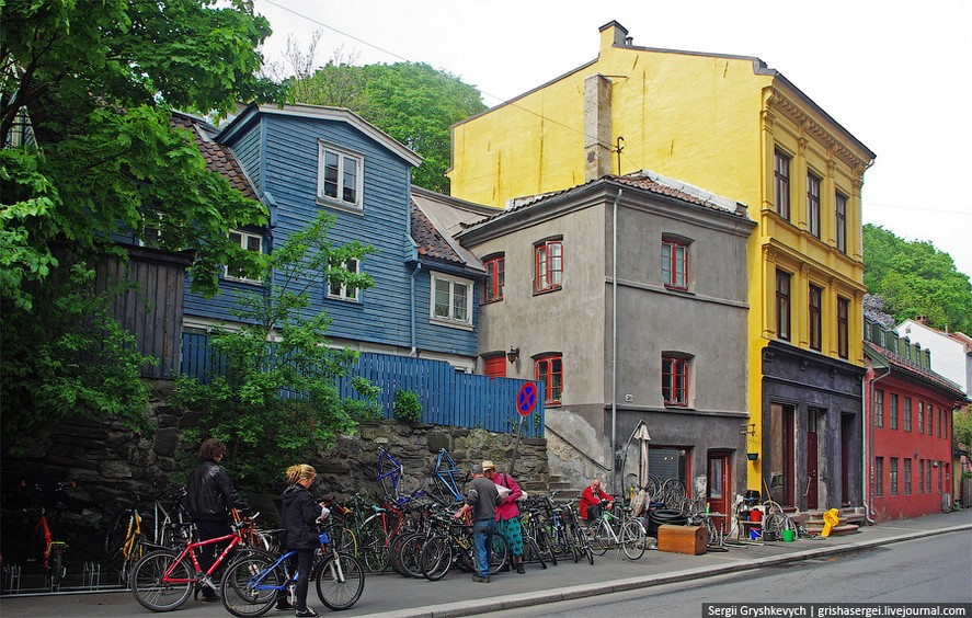 6-3-Oslo-Norway-bright-colored-painted-Scandinavian-houses-architecture-yellow-blue-red