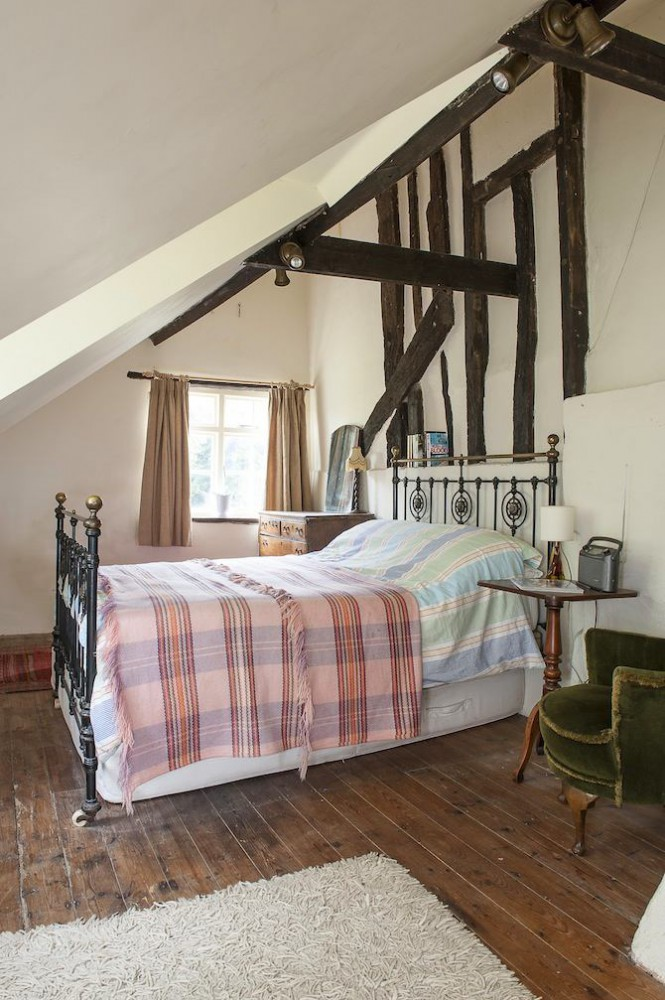 6-old-country-house-interior-design-vintage-style-attic-floor-loft-sloped-ceiling-wooden-ceiling-beams-white-walls-iron-metal-bed-aged-floor-shaggy-carpet-rug