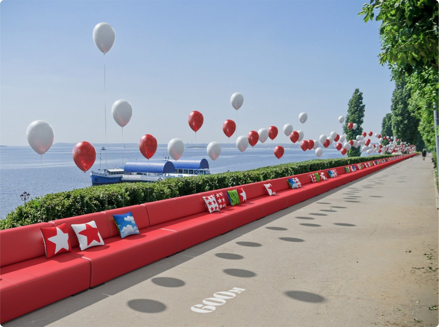 7-the-world-longest-one-kilometer-long-red-sofa-world-record-Guinness-book-red-Saratov-Russia-the-Volga-river-embankment-air-balloons