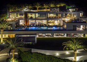 1-1-the-most expensive-home-in-USA-beyonce-jay-z-Los-Angeles-bel-air-luxurious-exterior-design-white-4-storey-mansion-palms-swimming-pool-helipad-panoramic-windows-garage