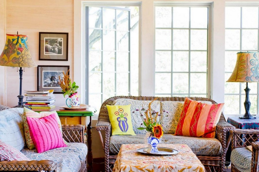 1-beaufiful-cozy-country-style-living-room-interior-design-wicker-soafs-coffee-table-tablecloth-table-lamps-multicolored-throw-pillows-couch-pictures-big-windows