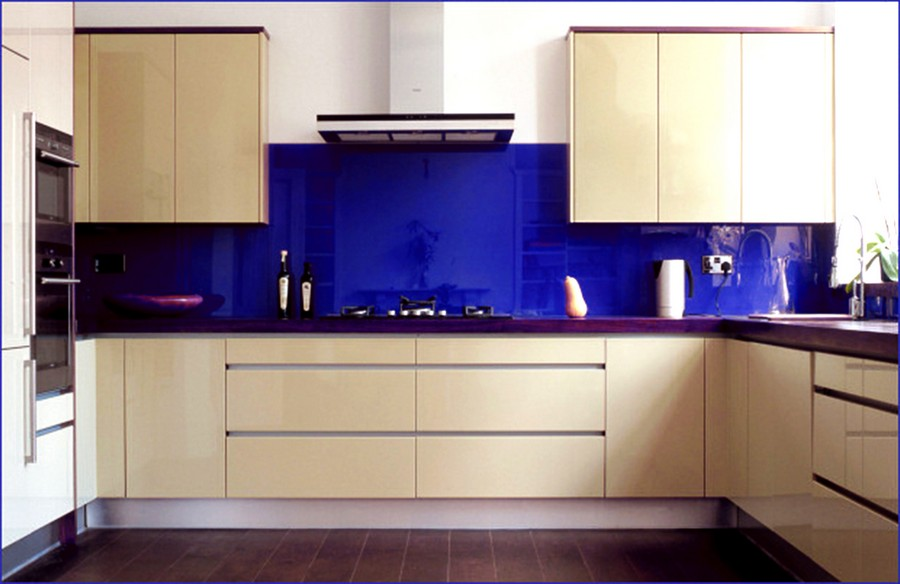 11-original-creative-kitchen-backsplash-ideas-in-interior-design-blue-colored-glass-beige-cabinets-modern-style-set