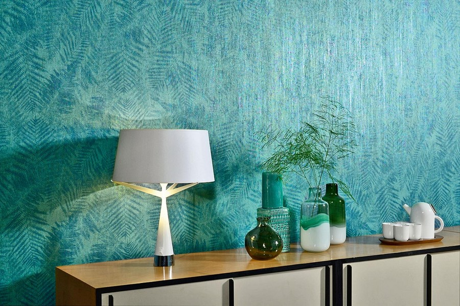 3-beautiful-wallpaper-wall-mural-wall-covering-turquoise-metalized-green-bluish-blue-with-fern-pattern-foliage-contemporary-eco-style-by-Omexco-table-lamp