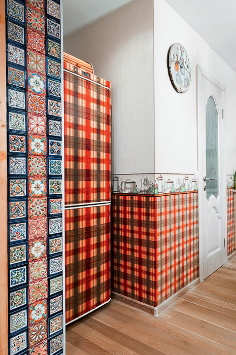 3-country-rural-rustic-style-kitchen-interior-design-with-folk-motifs-check-work-wallpaper-digitally-printed-strip-self-adhesive-tartan-film-refrigerator-decorated-handmade-glazed-ceramic-wall-tiles-clock-door