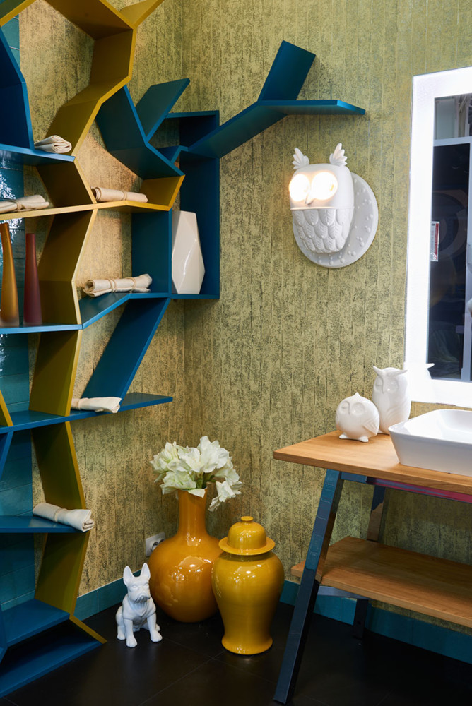 3-creative-bathroom-interior-design-eclectic-eco-style-shelving-unit-tree-shaped-turquoise-blue-golden-wallpaper-Omexco-vanity-unit-mirror-with-lighting-by-Duravit-owl-shaped-sconces-wall-lamp-dog-floor-vases