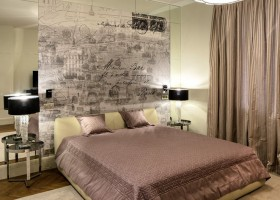 5-light-traditional-style-interior-design-beige-gray-pink-bedroom-Paris-map-wall-mural-mirror-panels-black-bedside-lamps-rug-oak-parquet-metal-bedside-tables