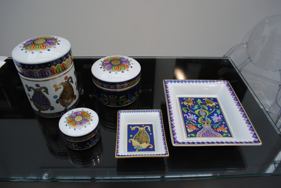 9-Vassilissa-bathroom-collection-Serdaneli-France-in-Russian-style-accessories-by-Evgenia-Miro-gold-dark-blue-folk-motifs-luxurious-porcelain-ceramic-china-boxes-trays