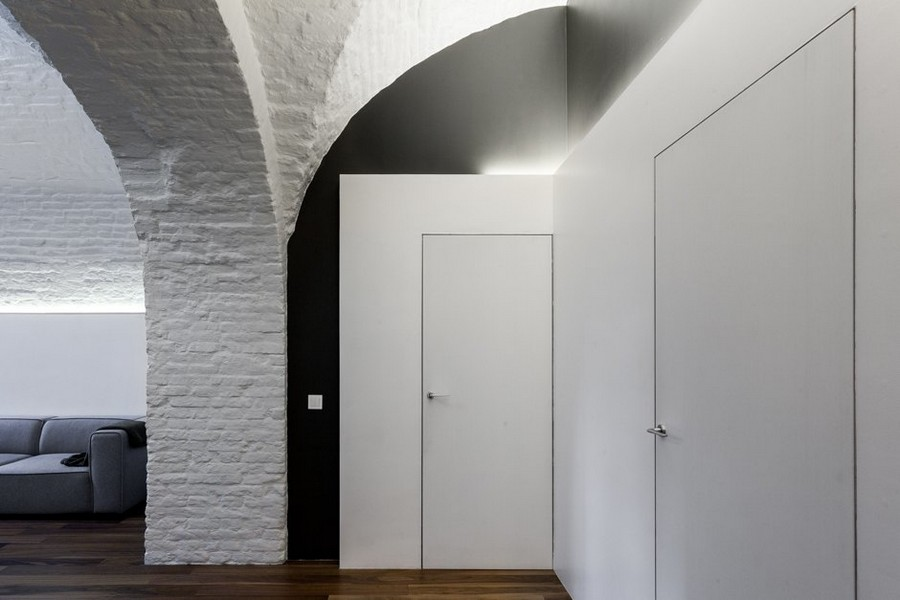 11-minimalist-style-ascetic-interior-painted-white-walls-brick-masonry-arched-ceiling-hallway-corridor