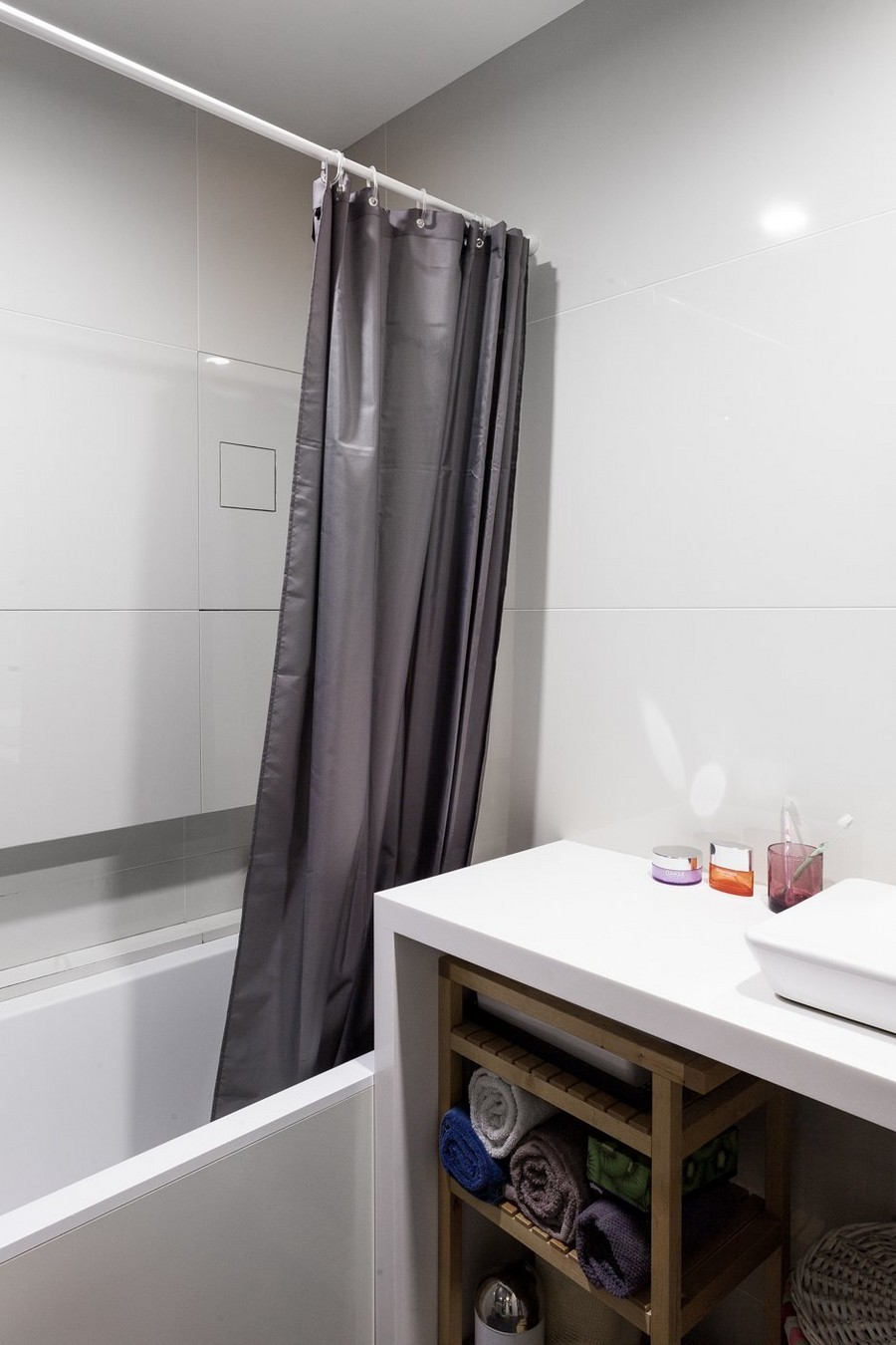 13-minimalist-style-ascetic-interior-white-walls-wooden-vanity-unit-bathroom-towel-storage-gray-shower-curtain-bathtub-bath