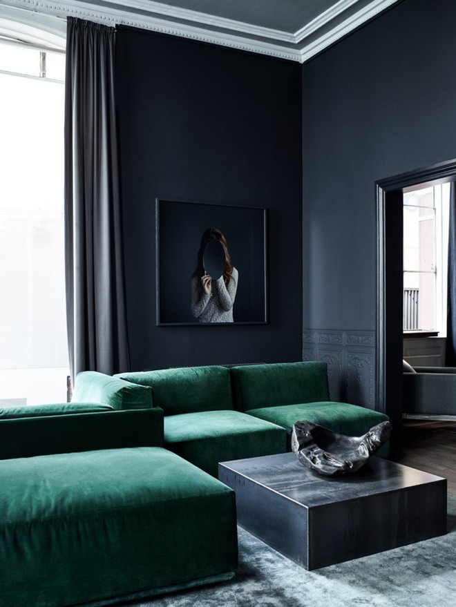 18-black-walls-black-walled-room-in-interior-design-white-crown-moldings-dark-ceiling-green-velvet-sofa-living-room