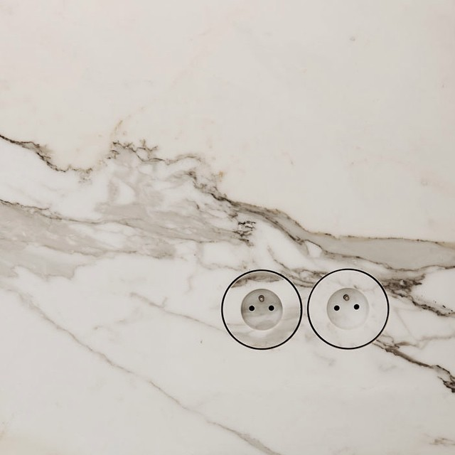 2-2-minimalism-minimalist-style-interior-design-decor-white-walls-sockets-round-built-in-marble-wall