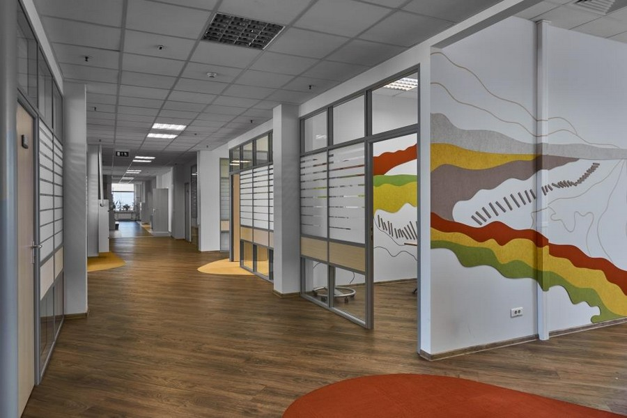2-bright-office-interior-design-laminate-floor-asymmetrical-multicolor-floor-decor-felt-wall-coverings-orange-yellow-green-gray
