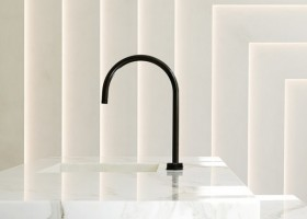 2-minimalism-minimalist-style-interior-design-decor-white-walls-marble-wall-sinkl-wash-basin-black-faucet-geometrical-wall-decor