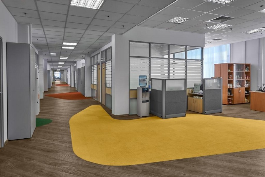 4-bright-office-interior-design-laminate-floor-asymmetrical-multicolor-floor-decor-yellow-green-gray-red