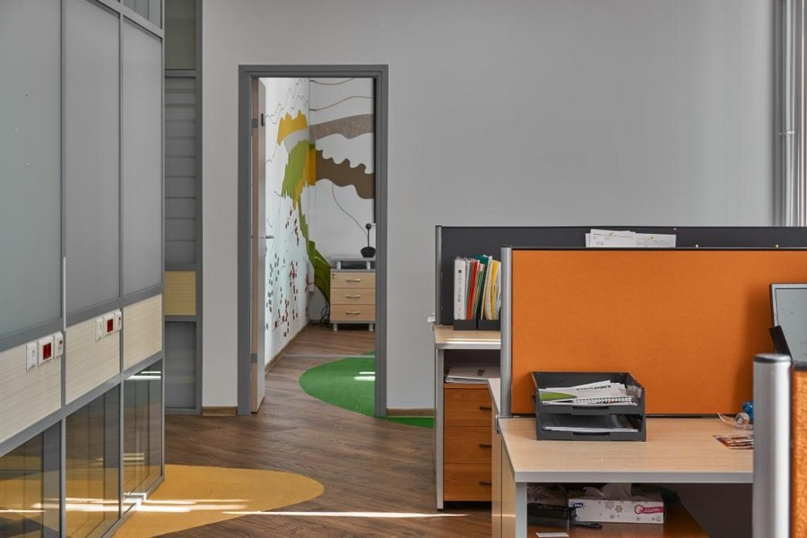 8-bright-office-interior-design-laminate-floor-asymmetrical-multicolor-floor-decor-felt-wall-coverings-orange-yellow-green-gray-desk-dividers
