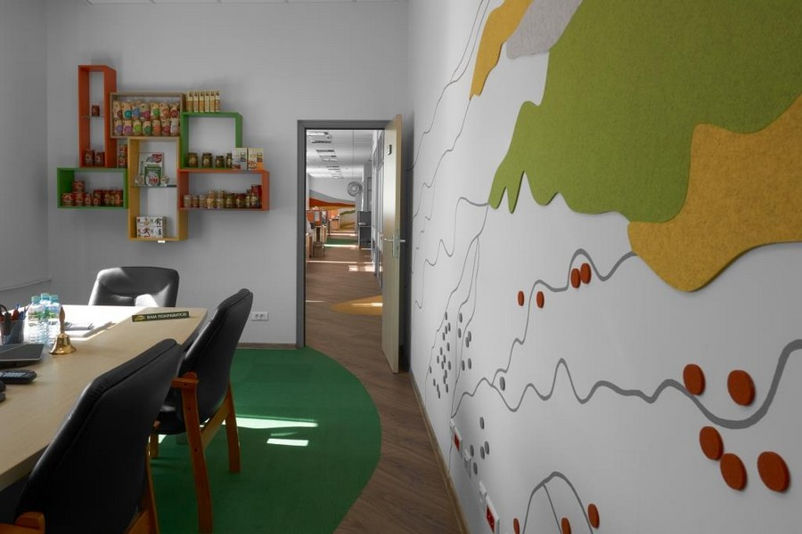 9-bright-office-interior-design-laminate-floor-asymmetrical-multicolor-floor-decor-felt-wall-coverings-orange-yellow-green-gray-meeting-room-display-shelves