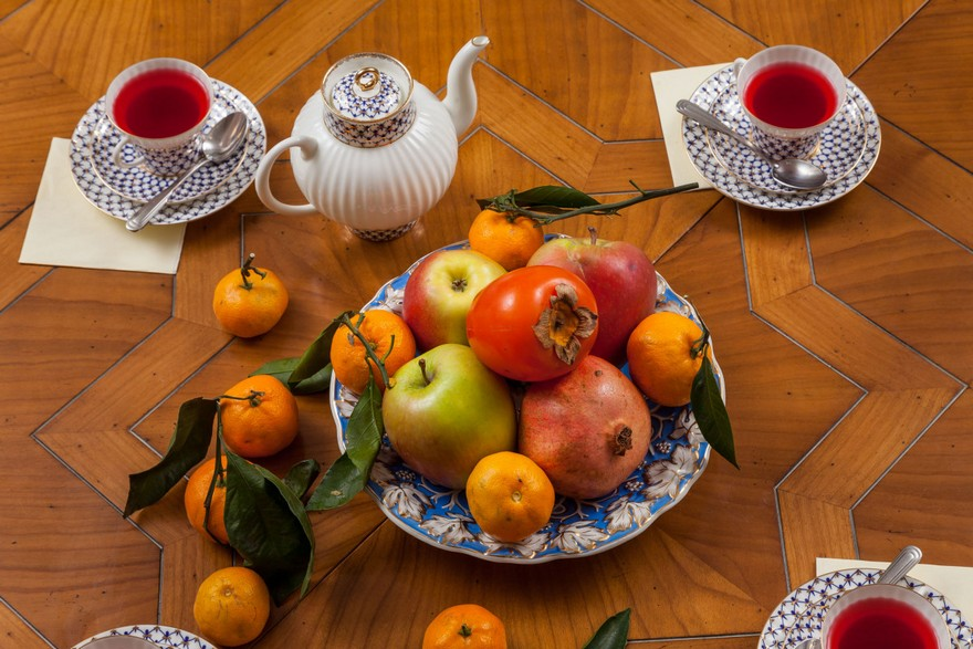 0-classical-elegant-English-style-table-setting-tea-cups-apples-pot-wooden-dining-table