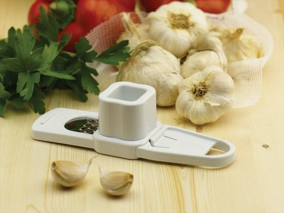 10-garlic-press-chopper-pepper-on-the-table